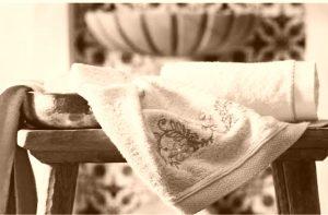 Geleneksel Hamam setinin içinde Hamam tası, Peştamel,( ipek veya havlu seçenekleriyle),Zeytinyağlı Sabun, İpek Kese, Takunya bulunmaktadır.